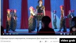 В ОРДЛО в эти дни прошли десятки детских концертов, посвященных Советской армии (кадр из передачи подконтродльного пророссийским боевикам канала, 23 февраля 2019)