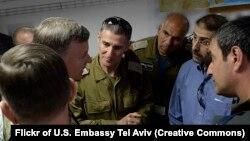 ژنرال گولان در وسط تصویر دیده میشود؛ بازدید سفیر آمریکا در تلآویو و دیگر بازدیدکنندگان از جریان تمرینها در جونیپر کبرا (عکس از فلیکر سفارت آمریکا در تلآویو)