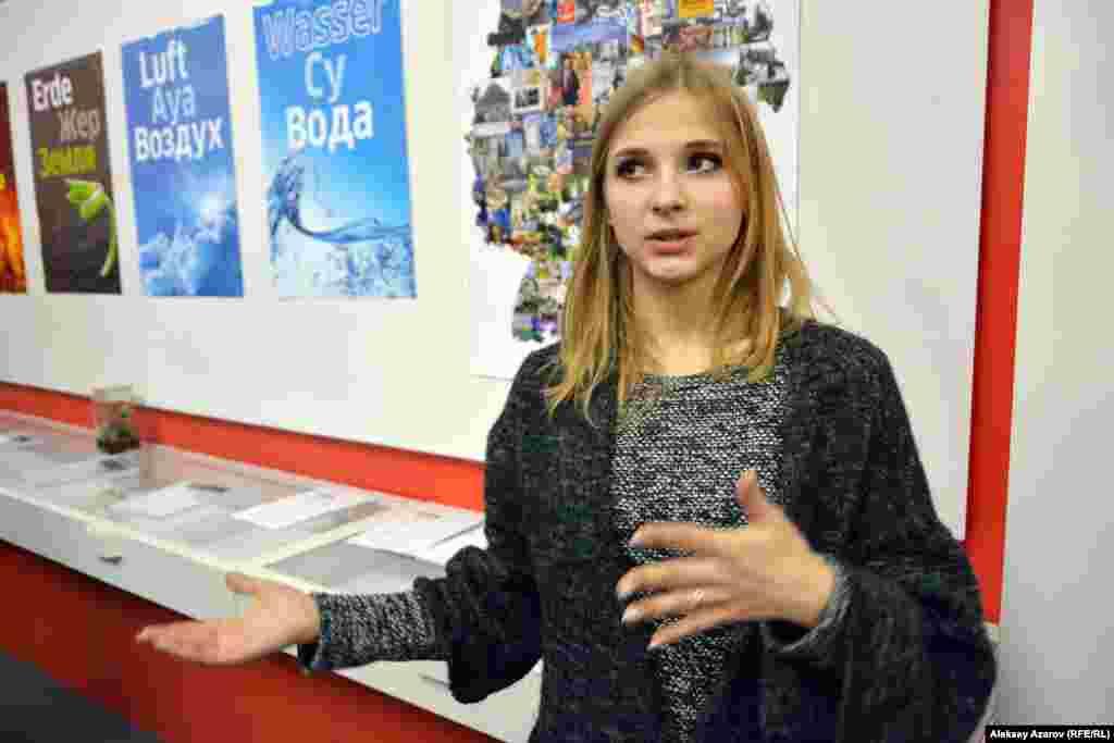 Представитель Гёте-Института Евгения Тарцаева объясняет, в чем заключается интерактивность выставки. Это – блиц-опросы, викторины, мастер-классы, экспериментальные опыты, онлайн-игры.