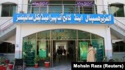 ورودی بیمارستان دولتی العزیز که پیشتر متعلق به خیریهای مرتبط با گروه اسلامگرای جماعت الدعوه بود.
