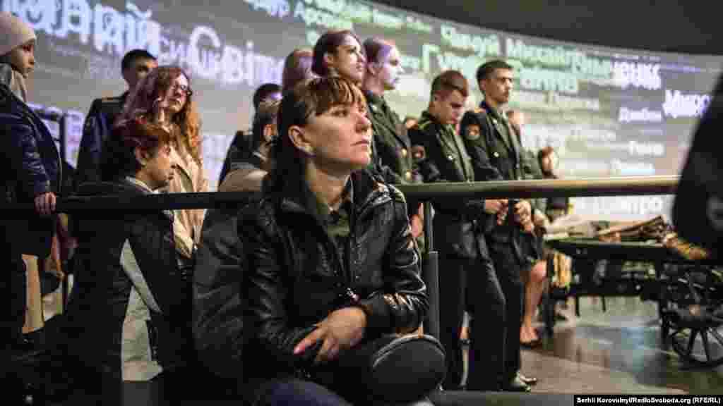Глядачі спостерігають за виступами