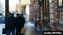 Татар активистлары Баки Урманче музее янында