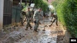Архивска фотографија - АРМ помага по поплавите во Стајковци.