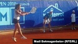 Теннисистка Зарина Дияс - первая слева.