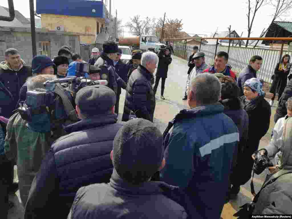Аким Алматинской области Амандык Баталов приехал в село для встречи с жителями затопленных домов.