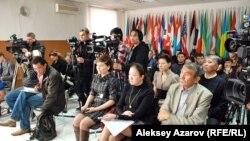 Журналисты и блогеры на пресс-конференции. Алматы, 5 марта 2013 года.