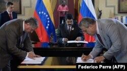 """Глава """"Роснефти"""" Игорь Сечин подписывает контракт в Каракасе. 28 июля 2016 г."""