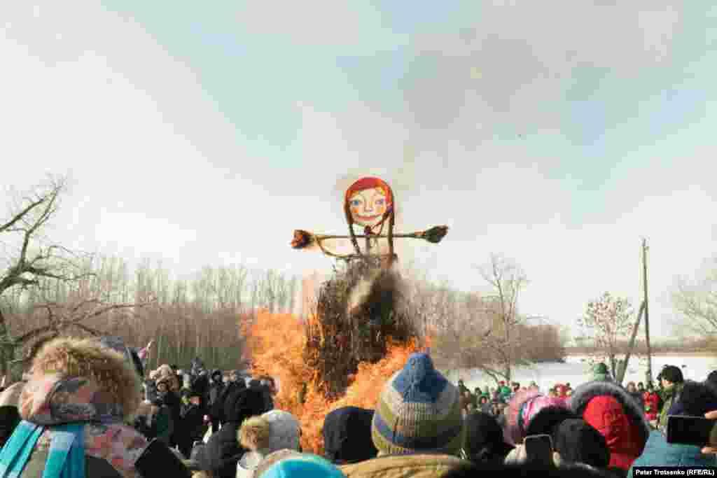 Сжигание чучела, символизирующее проводы зимы, во время гуляний, организованных Ассамблеей народа Казахстана. Традиция жечь в завершающий день Масленицы соломенное чучело присутствуется в культуре восточных славян. Считается, что с сожженным чучелом уходят все напасти и невзгоды прошлого. Сам праздник Масленицы берет свое начало с незапамятных времен, когда этот праздник был языческим.