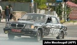 Пророссийские солдаты на автомобиле в Донецке
