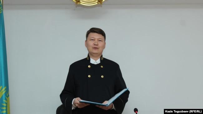 Судья Алмалинского районного суда Алматы Ернар Касымбеков оглашает приговор в отношении активиста Асета Абишева. Алматы, 30 ноября 2018 года.