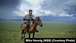 Исследователь National Geographic Альберт Лин, занимающийся поисками могилы Чингисхана и других археологических памятников, верхом на лошади в степях Северной Монголии. Иллюстративное фото.