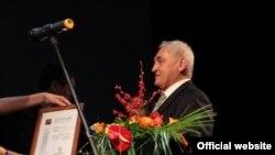 """Леонид Пономарев, лауреат премии """"Просветитель"""" 2009 г"""