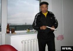 Уәлиханның әкесі Саржанқали Торғайбеков қала билігі берген жаңа пәтерде. Семей, қазан, 2009 жыл.