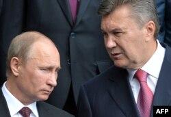 Президент Украины Виктор Янукович (справа) и президент России Владимир Путин. Киев, 27 июля 2013 года.