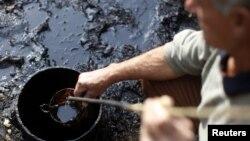 Хајрудин Билалиќ неодамна најде нафта во неговиот двор во Дубраве близу Тузла.