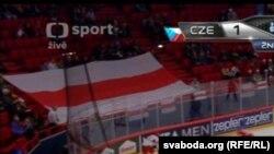 Беларускі нацыянальны сьцяг на трыбуне падчас чэмпіянату сьвету па хакеі ў Стакгольме