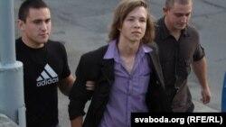 Задержание участника акции протеста. Минск, 13 июля 2011 года.
