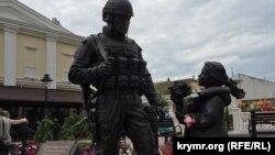 Памятник «вежливым людям» в Симферополе, архивное фото