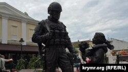 Памятник «вежливым людям», установленный перед зданием подконтрольного России парламента Крыма в Симферополе