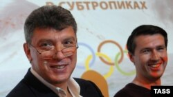 Russia -- Opposition figure and former deputy prime minister Boris Nemtsov (L) and Leonid Martynyuk, a member of the Solidarity movement, at a news conference in Moscow, 30May2013