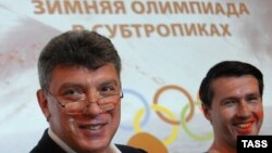 Борис Нємцов (л) і Леонід Мартинюк (п) представляють свій звіт у Москві, 30 травня 2013 року