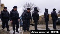 Российские силовики проводят обыск в Крыму (фотогалерея)
