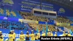 """""""Нұр Отан"""" партиясының парламент сайлауындағы жеңісін атап өту үшін ұйымдастырылған """"жеңімпаздар форумында"""" жүрген жастар. Астана, 21 мамыр 2017 жыл."""