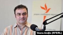 Članovi SNS-a će glasati za čoveka koga se plaše, ali od koga interesno zavise: Jovo Bakić