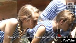 Девочки в так называемом военно-патриотическом лагере в неподконтрольном Донецке