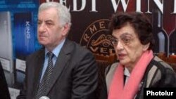 Լեւոն Անանյանը եւ Իրմա Սաֆրազբեկյանը լրագրողների հետ հանդիպմանը: