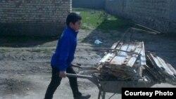 Ученик 4-го класса школы №29 в Джизакской области собирает металл.