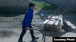 Четвероклассник школы №29 в городе Джизак тащит на тележке металлолом. Март, 2015 года.