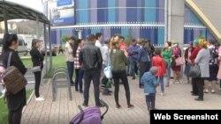 АҚШ бас консулдығы Қытайда қамауда отырған туыстарына араша сұрап барған адамдар. Алматы, 21 қыркүйек 2018 жыл.