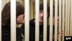 دو برادر اهل چچن، ابراهیم (راست) و جبرئیل محموداف، متهم به قتل آنا پولیتکووسکایا، در دادگاه