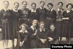 Старшеклассницы Ангренской школы №2, Бейе Ильясова крайняя справа в 1-м ряду. Узбекистан, город Ангрен, вторая половина 1950-х годов