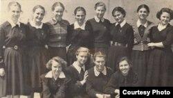 Старшокласниці Ангренської школи №2, Бейє Ільясова крайня праворуч у 1-му ряду. Узбекистан, місто Ангрен, друга половина 1950-х років