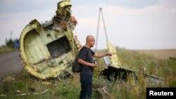 Украина -- Эксперт Донецкинин Грабово айылына жакын жерде учак кыйраган жерди көрүүдө. 22-июль, 2014