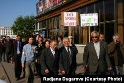 Шествие участников конференции, посвященной годовщине раздела республики, к памятнику жертвам политических репрессий 26 сентября 2005 г.