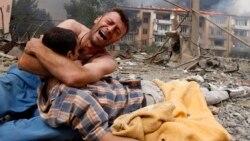 Орусиянын аба чабуулунан кийин өлгөн жакынын кучактаган грузин ыйлап жатат. 9-август, Түштүк Осетиянын административдик чек арасына жакын жер.
