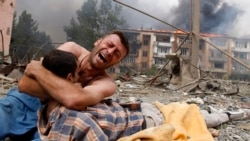 Georgia -- A Georgian man cries as he holds the body of his relative after a bombardment in Gori, 09Aug2008