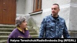 Андрей Опрыско с матерью во дворе родного дома