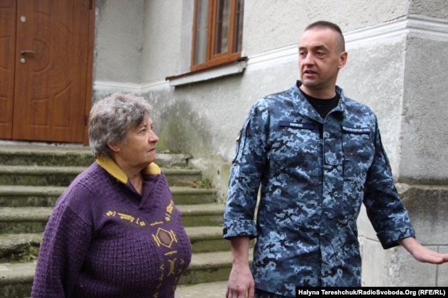 На рідному подвір'ї Ольга Оприско і Андрій Оприско