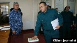 Сотрудник правоохранительных органов Юкоричирчикского района клянется на Коране не брать взятки