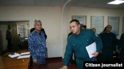 Распространенная в соцсетях фотография, на которой милиционеры клянутся на Коране не брать взятки.