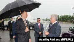 Президент Азербайджана Ильхам Алиев (слева) с министром транспорта страны Зией Мамедовым (справа)