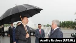 Министр транспорта Зия Мамедов, президент Baghlan Group Хафиз Мамедов, президент Ильхам Алиев рассматривают лондонские такси