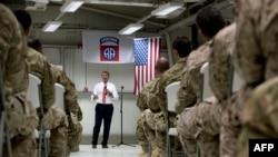 Ashton Carter duke biseduar me ushtarët amerikanë mbrëmë në aeroportin e Bagdadit
