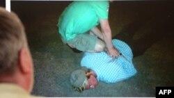Мәскеуде «тыңшы» деген күдіпен ұсталған АҚШ дипломаты туралы Ресей арнайы қызметі жариялаған суретті компьютер мониторынан қарап отырған адам. 14 мамыр 2013 жыл.
