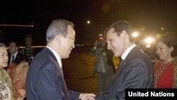 BMG-niň baş sekretary Ban Ki-Muny (çepde) Türkmenistanyň daşary işler ministri Raşid Meredow (sagda) Aşgabadyň halkara aeroportynda garşy alýar, 1-nji aprel 2010-njy ýyl.