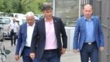 Poslanik Nebojša Medojević (u sredini) je u zatvoru gdje četvrti dan štrajkuje glađu, a Milan Knežević (desno) se nalazi u Skupštini od četvrtka jer mu takođe prijeti sprovođenje u zatvor